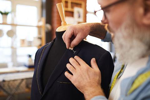 Homem que desenha casaco