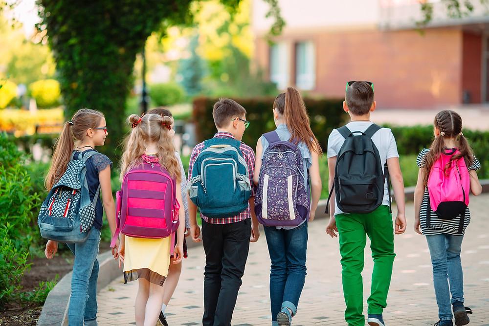 תלמידים הולכים לבית-הספר- האם הם ילמדו שם אחרת מהוריהם?