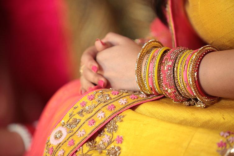 Vrouw met armbanden