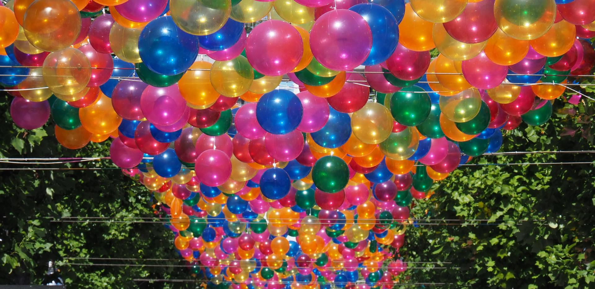 Luftballons hängen auf der Straße