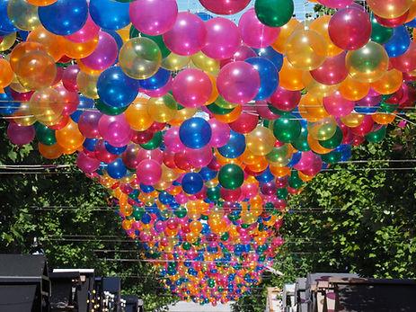 Ballons suspendus dans la rue