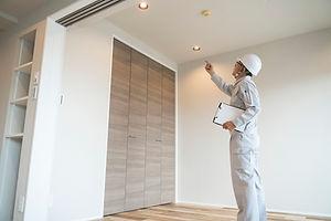 ヘルメットのビジネスマン 住宅リフォーム 汎用 指差し 天井 シーリング