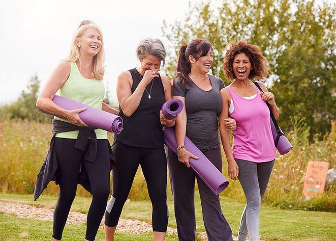 Femmes souriant en tenue de yoga