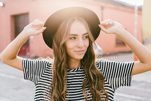 Fille avec un chapeau