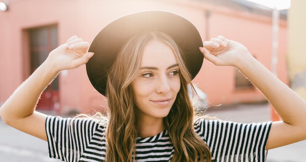 Chica con un sombrero