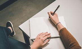 Ins Notizbuch schreiben