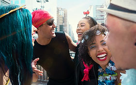 Lachende Karnevals-Partygänger