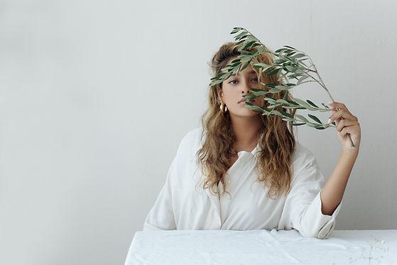 Chica con rama de olivo
