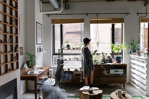 Женщина в художественной комнате