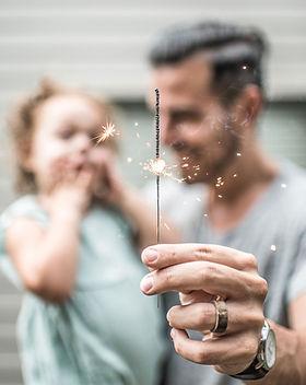 Pai e filha com sparkler