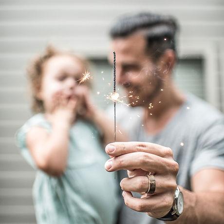 Vater und Tochter mit Wunderkerze