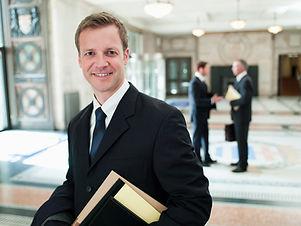 Junger lächelnder Rechtsanwalt