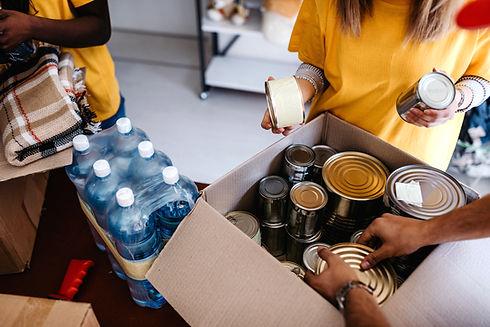 Volontari inscatolano cibo