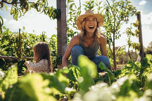Jardinier femme heureuse
