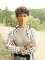 Außenporträt mit Maske