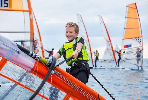 Kind mit einem Windsurf Rig