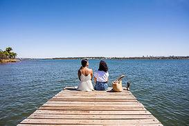 Amigos à beira do lago