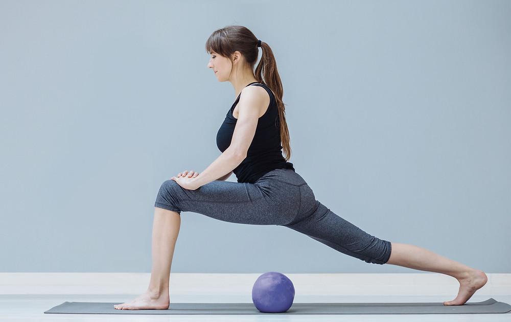Mulher praticando pilates no solo