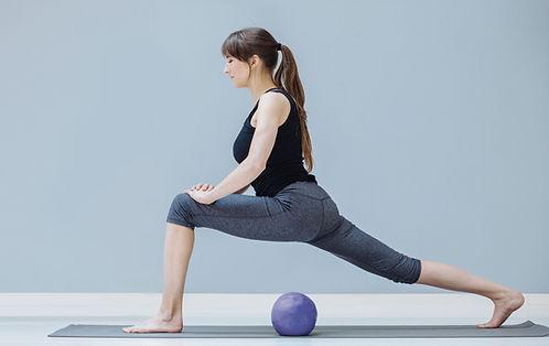 Mulher praticando pilates