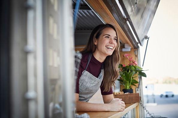 Sorrindo em um caminhão de comida