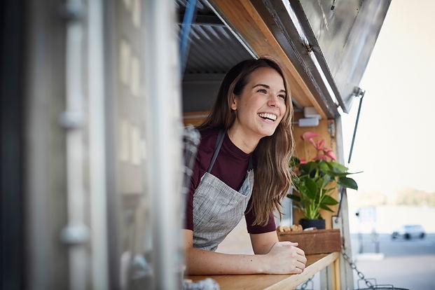 Sourire dans un camion de nourriture
