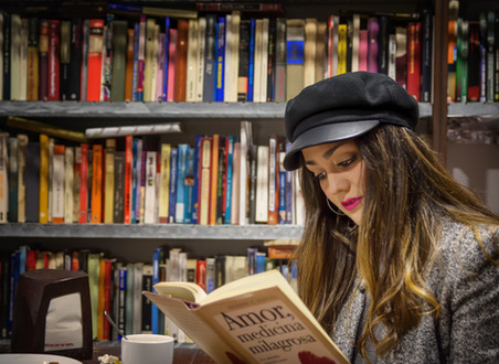 Mulher lendo um livro