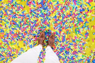 Andando através de confetes