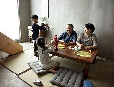 Семья за столом после беседы с адвокатом по разводам в Ногинске Электростали