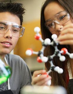 Студенты в классе науки