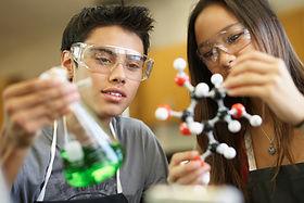 Estudiantes en una clase de ciencias