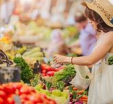 Frau, die Gemüse kauft