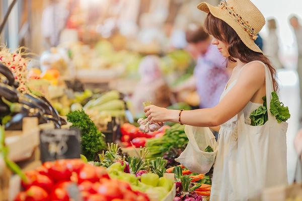 野菜を買う女