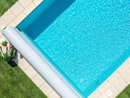 تنظيف وتعقيم حمامات السباحة