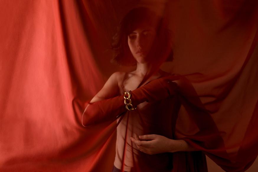 Enveloppé de rouge