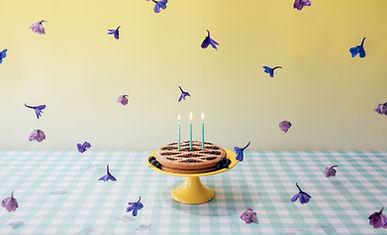 Doğum Günü Pastası ve Çiçekler