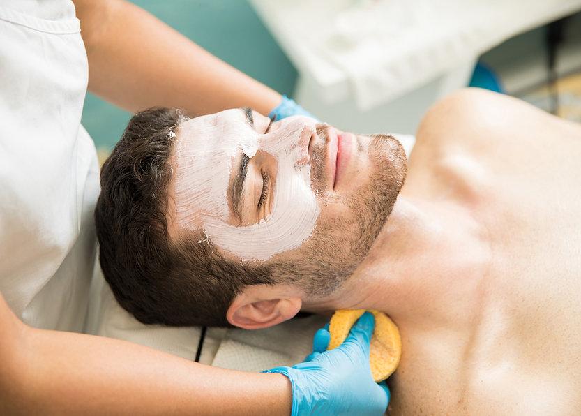 Hombre recibiendo facial
