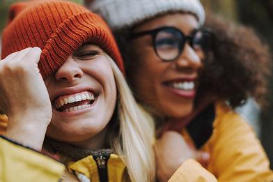 Uśmiechnięci przyjaciele