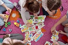 園児が歌や工作で英語を楽しむ様子の画像