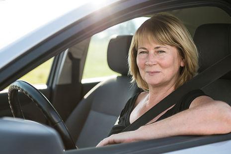 Condução sênior da mulher