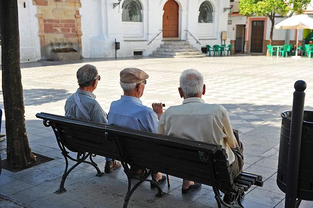 Amis sur un banc