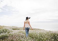 Spaziergang durch Blumenfeld