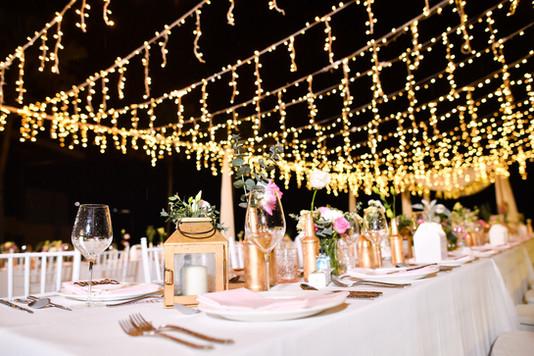 Mesa de bodas en la noche