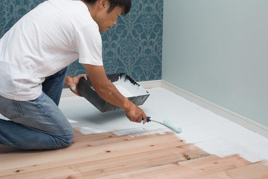 塗装作業中の男性