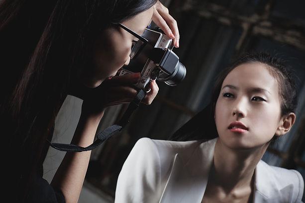 """Séance photo d'un modèle lors d'un formation """"je deviens photographe professionnel""""."""