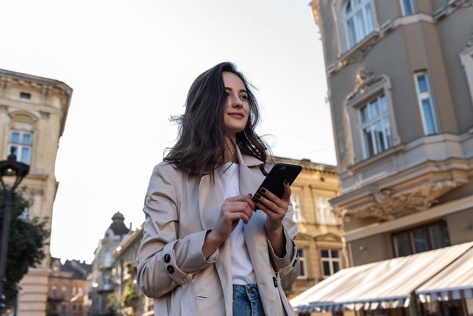 Femme avec son téléphone
