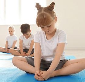 Barn i yogaklass