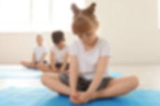 Bambini nella lezione di yoga