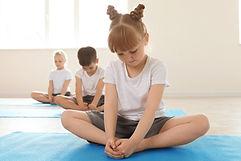 Niños en clase de yoga