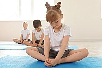 Dzieci na zajęciach jogi