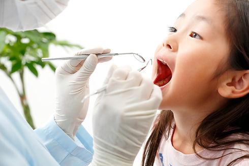 女の子の歯科検診